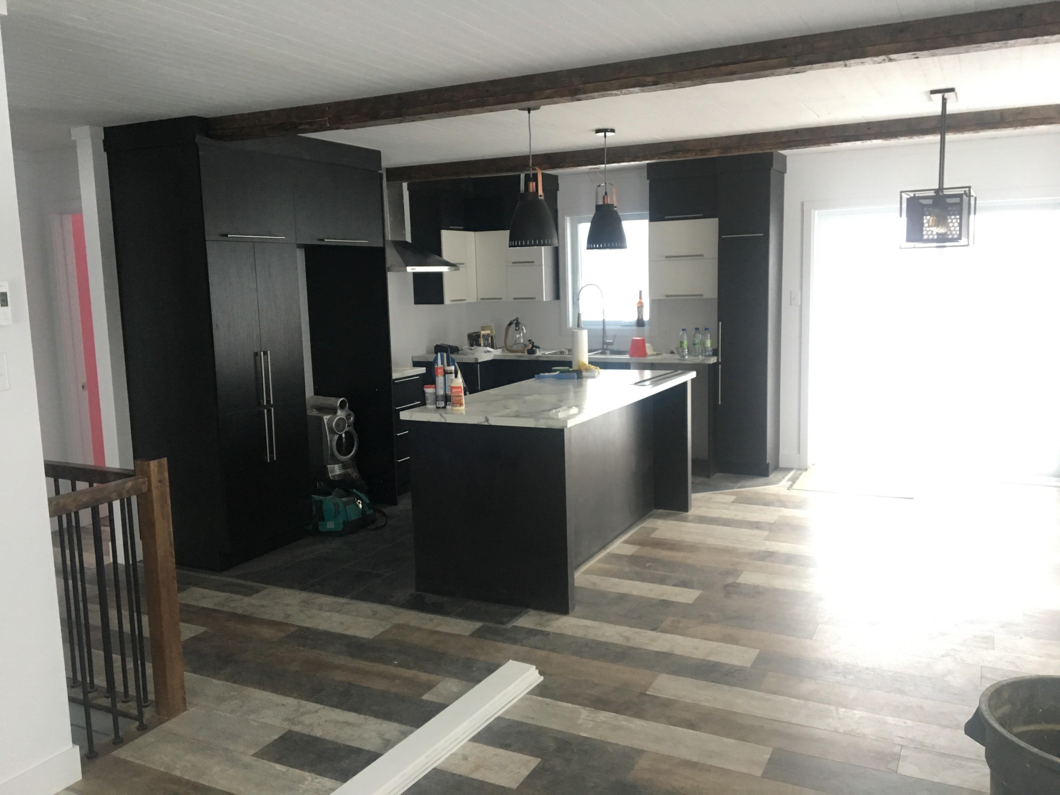 Cuisine plancher bois grange 2 construction d st onge for Cuisine plancher bois
